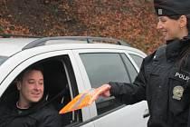Policisté kontrolovali, ale i rozdávali reflexní vesty.