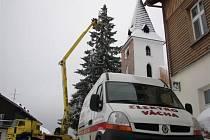 REKORD NA KVILDĚ. Ani dvaadvacet metrů vysoká plošina na vánočního rekordmana nestačila a na řadu přišla provizorně vyrobená tyč s háčkem na konci.