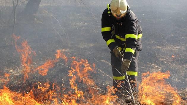 Vypalování porostu na volném prostranství se mnohdy vinou větru rozšíří a pak oheň může způsobit neštěstí nebo materiální škodu.