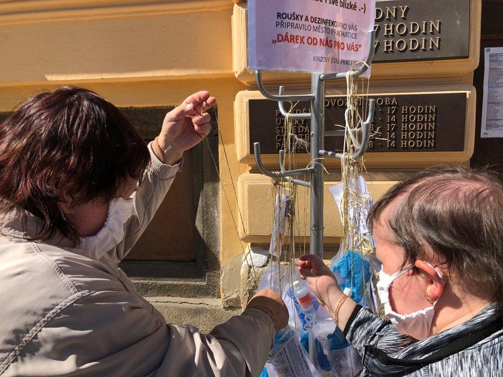 Věšák na roušky a dezinfekci v Prachaticích.
