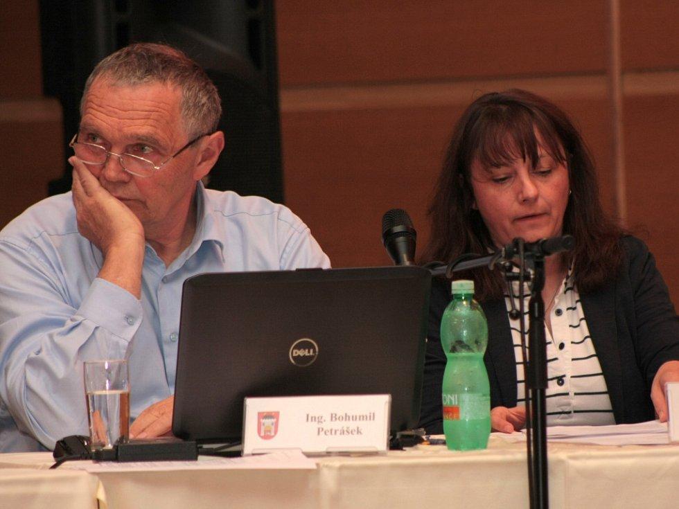 Zastupitelé Bohumil Petrášek a Šárka Janásková.