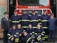 Tým dobrovolných hasičů ze Lhenic.