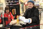 V podstatě každý druhý nakupující přispěl v sobotu v Prachaticích do Národní potravinové sbírky. Vybrané potraviny zůstanou rodinám v regionu.