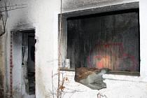 Obyvatelé Nové Pece a hasiči nespali klidně ani v noci z pondělí na úterý. Zhruba den po požáru garáží za bytovkami tu totiž likvidovali další požár.
