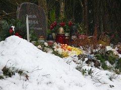 Tragickou událost u Vitějovic připomíná pomníček plný květin a svíček.