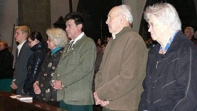Desítky českých i německých včelařů se sešly v sobotu v kostele sv. Jakuba v Prachaticích, aby společně oslavily památku sv. Ambrože.