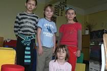 Kluci a holky ze lhenické základní školy.