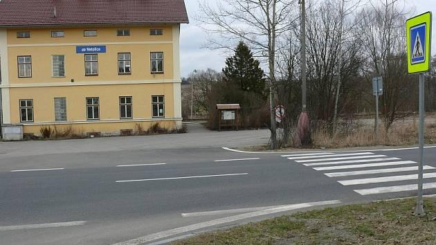 Bílých pásů na vozovce a kolem ní si mohli řidiči všimnou v uplynulých dvou dnech.