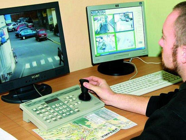 O TŘI VÍCE. Další kamery budou hlídat ulice města. Podle slov vrchního strážníka Jaromíra Šebánka jsou kamery hlavně tam, kde byl velký nápad trestné činnosti.