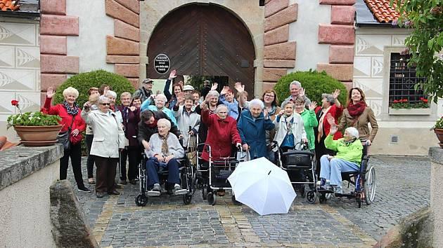 Prachatičtí senioři na výletě na zámku Kratochvíle.
