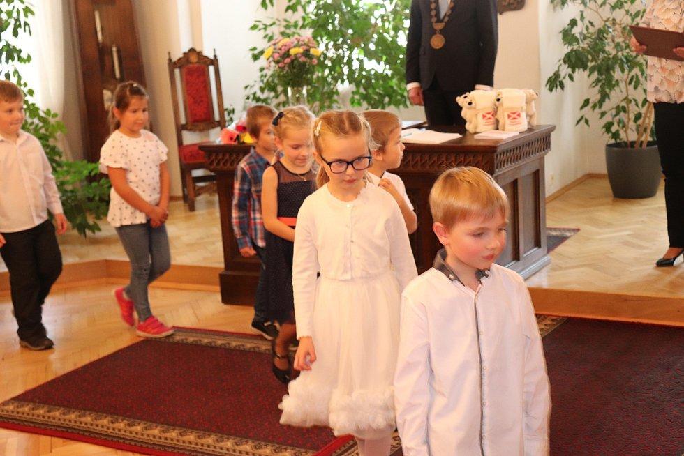 O kulturní program při vítání občánků se postaraly děti z MŠ Skalka se svými učitelkami. Chvíle čekání na vystoupení si děti zkrátily vybarvováním.