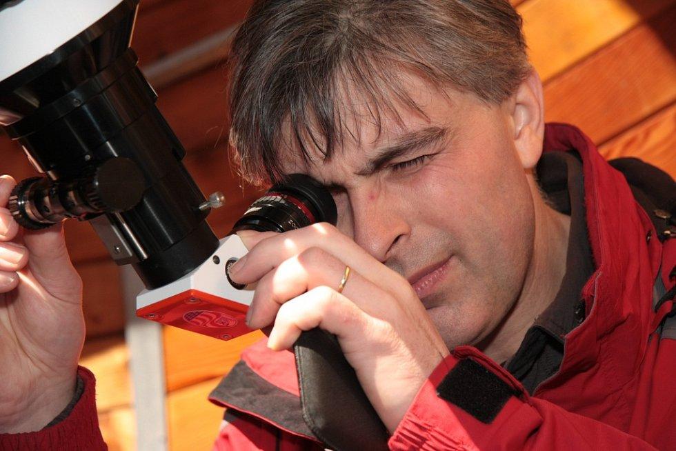 Pro zájemce připravil Ludvík Friedberger z Husince pozorování částečného zatmění Slunce na své hvězdárně. Vidět bylo i přes narychlo upravené filtry klasického dalekohledu.