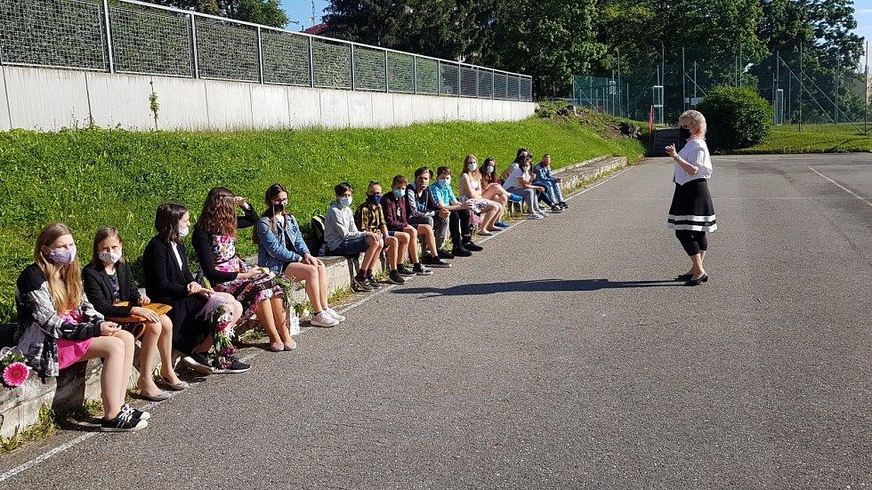Také žáci ze ZŠ Zlatá Stezka v Prachaticích dostali v pátek 26. června vysvědčení.