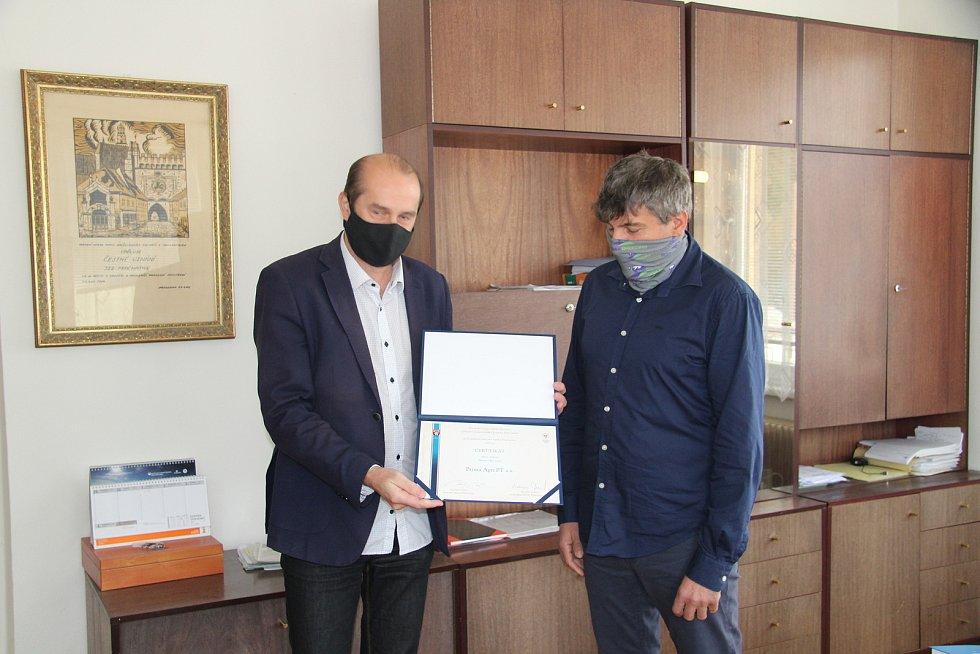 František Hodina (vpravo), ředitel společnosti Prima Agri PT, převzal ocenění pro Firmu roku 2020 na Prachaticku. Na snímku se starostou Martinem Malým.