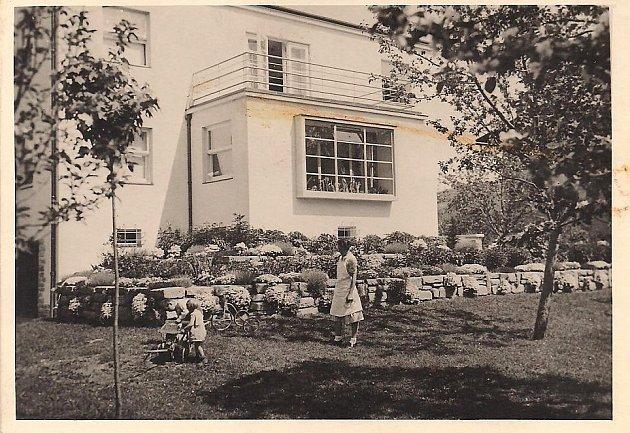 Kralova vila, v popředí Hans a Karl Kralovi s chůvou.