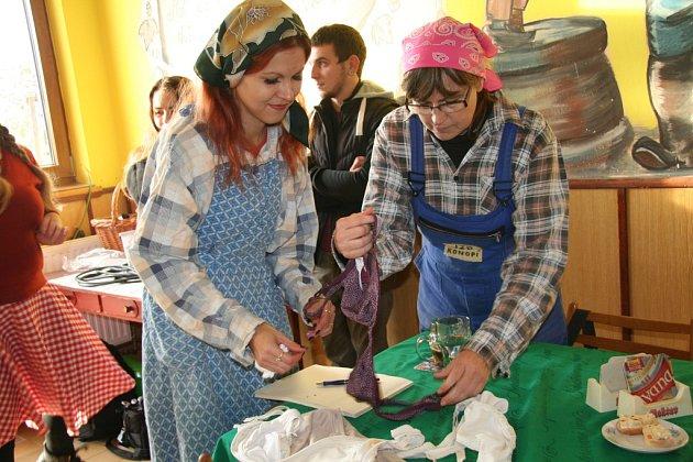 Venkovské ženy slavily v sobotu svátek. V Konopišti to všichni pořádně rozjeli.