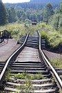 Po povodních v srpnu 2002 zůstal zničený nejen mostek pro osobní vozidla a pěší, ale především železniční most a trať.
