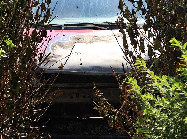 Na parkovišti v Primátorské části chytla motorová část jednoho ze zaparkovaných aut.