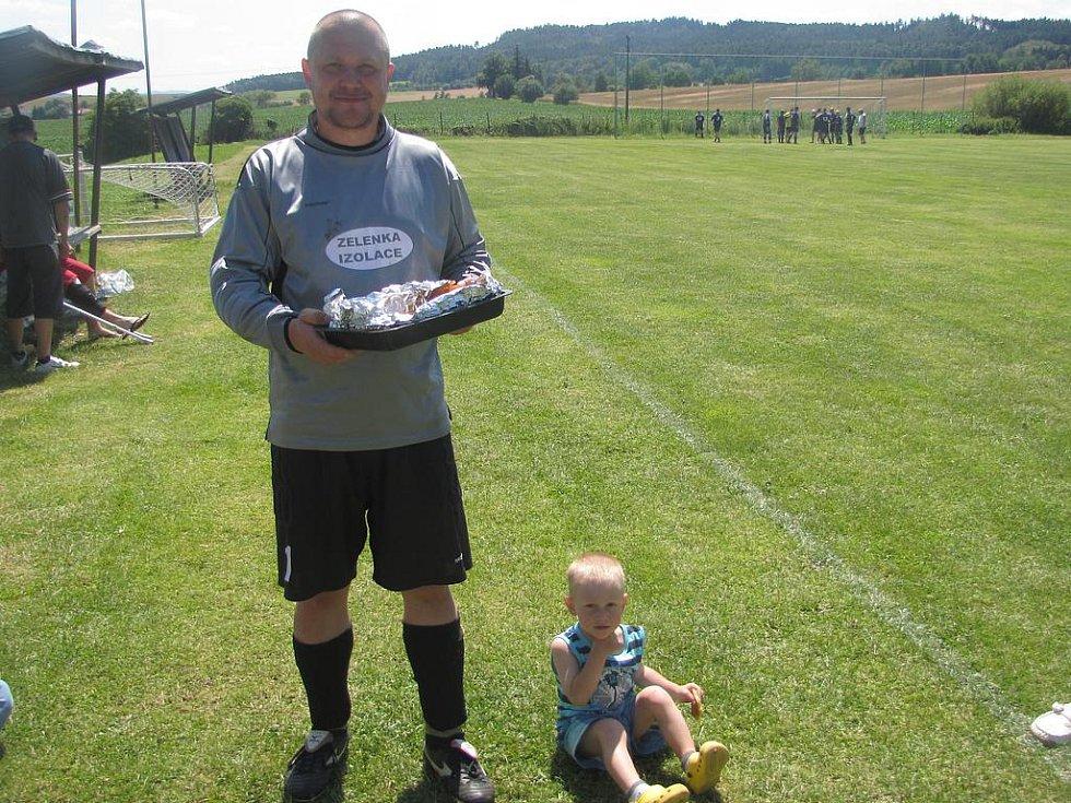 Turnaj nebyl jen o fotbale, ale také o občerstvení. Výborné bramboráky rozdával dubský gólman Bohouš Šimek, který se později stal nejlepším gólmanem turnaje.