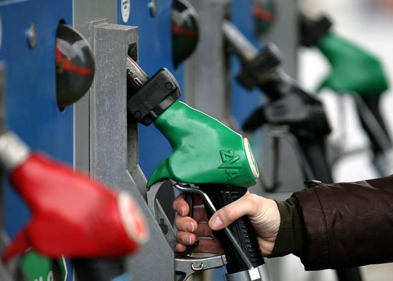 Vůbec nejdražší benzin v Evropě je tradičně ve Skandinávii, tam litr benzinu stojí nejméně 41 korun, jen o málo nižší cena je v Itálii.