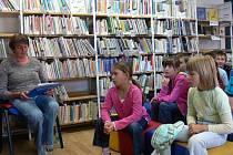 Děti v knihovně slyšely příběh Noeho i Mojžíše.
