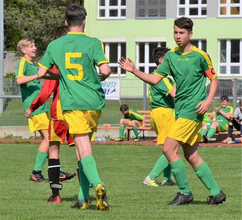 Starší žáci Tatranu (zelené dresy) vyhráli ve Strakonicích 4:1.