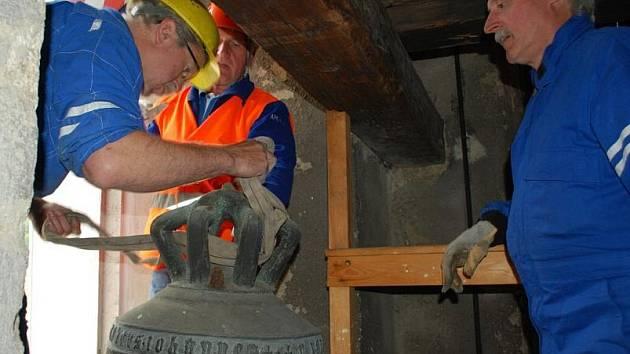 Po téměř šesti stoletích opustil zvon Maria Hilf vimperskou zvonici. Vrátit by se měl zpět na podzim po léčebné kůře v Holandsku.
