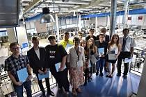 Studenti vimperského gymnázia si 30. června ve firmě Rohde & Schwarz převzali certifikát o absolvování předmětu a vysvědčení.