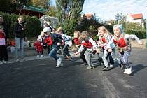 Školní zahrada ve Vodňanské ulici se v úterý odpoledne proměnila v běžeckou trať při akci Běhej jako Emil.