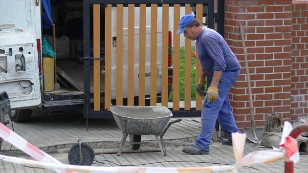 Práce na nové úpravě zahrady u domova seniorů by měly skončit až na jaře.
