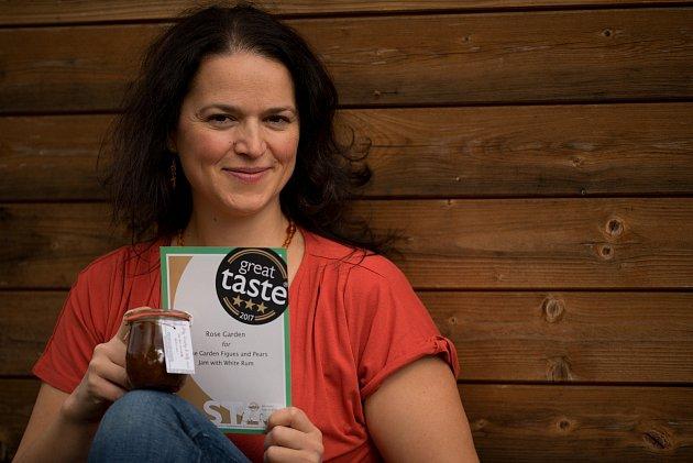 Jozefína Růžičková z Prachatic zvítězila ve světové gurmánské soutěži Great Taste Awards. Její fíkovo hruškový džem lze koupit v e-shopu, nebo v prachatické farmářské prodejně.