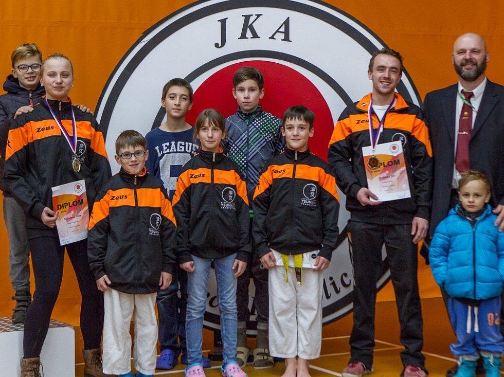 Výborně si vedli na Národním poháru karetisté prachatického Karatedo klubu Tsunami. Alice Anderlová vyhrála kategorii dorostenek, Jiří Hrdlička byl třetí v kumite mužů.