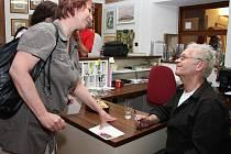 Zájem návštěvníků byl nejen o vystavené fotografie, ale také o samotného autora a o jeho autogram.