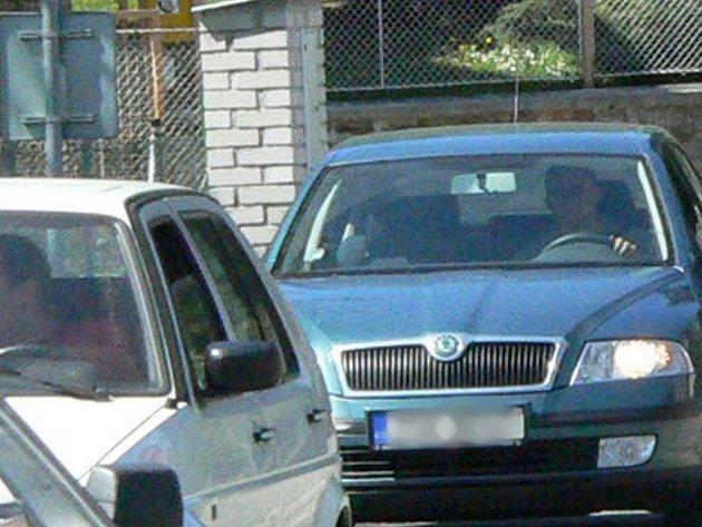 Řidič nedal přednost v jízdě osobnímu automobilu octavia, způsobil nehodu a z místa ujel. Ilustrační foto.