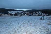 Poprašek překvapil obyvatele šumavské obce Kvilda včera ráno. Do oběda sníh zase roztál.