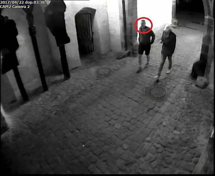 Pomozte policii identifikovat muže, který v dubnu zničil na náměstí v Prachaticích Citroen.