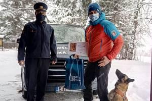 Záchranářské fence belgického ovčáka Enigmě a jejímu psovodu – členovi Horské služby Šumava Ondřeji Zemanovi se dostalo ocenění za zásah v okolí Lenory při pátrání po pohřešované ženě.