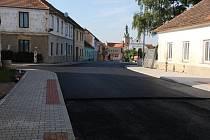 Krumlovská ulice je průjezdná, rekonstrukce průtahu Lhenicemi ale pokračuje až do poloviny listopadu.