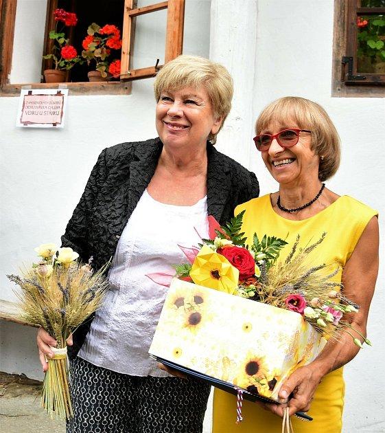Růženka Vinciková (vpravo) shejtmankou Ivanou Stráskou při přebírání ceny letos vsrpnu.