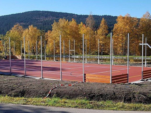 Nové sportoviště budou už brzy mít hotové Vimperští. Vyrostlo v osadě Lipka.