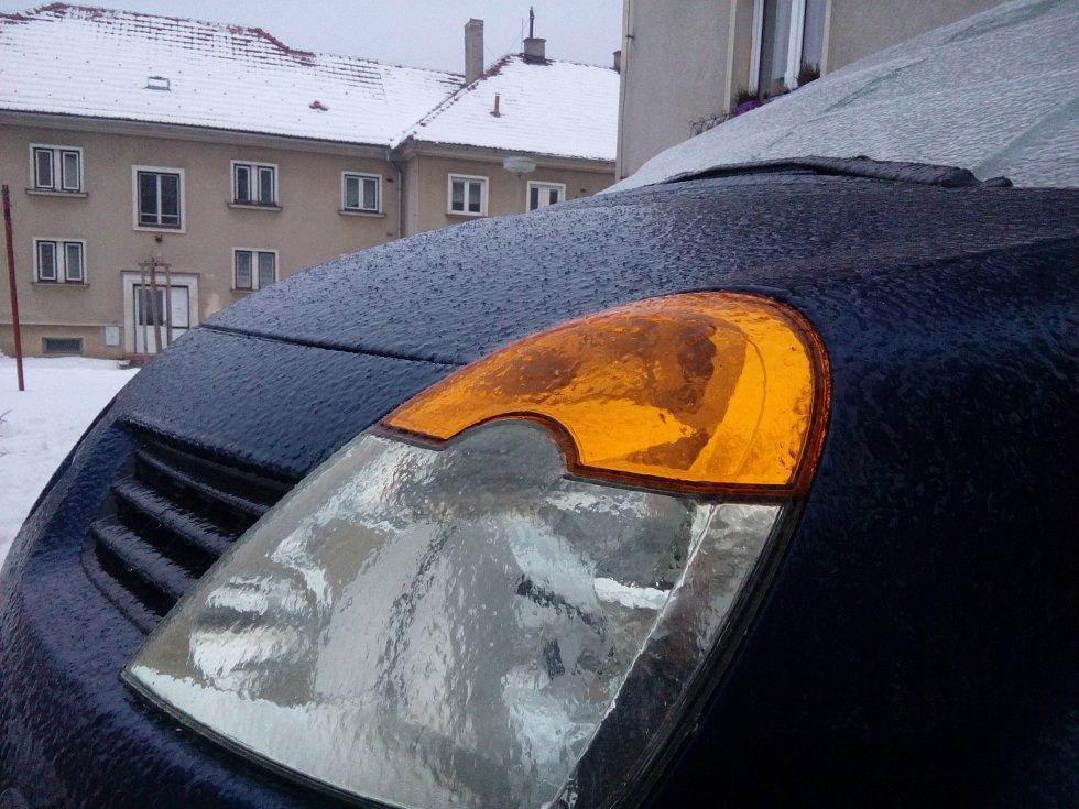 Silná vrstva ledu pokryla v úterý 31. ledna nad ránem ulice, chodníky i auta v Prachaticích. Ledovka začala vznikat kolem páté hodiny ranní, odstranit se ji dařilo dopoledne jen na hlavních silničních tazích, chodníky zůstávaly schůdné jen s obtížemi.