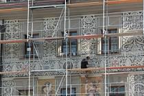 Fasáda Národního domu se zítra ukáže v celé své kráse.