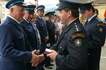Předávání pamětních medailí členům SDH Němčice při loňských oslavách založení sboru.