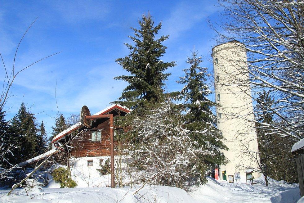 Chata a rozhledna na vrcholu Libína u Prachatic.