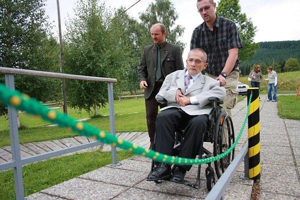 Vsrpnu loňského roku podepsal předseda Národní rady zdravotně postižených vČR Václav Krása sbývalým ředitelem Správy NP Šumava Jiřím Mánkem memorandum týkající se spolupráce na zlepšení přístupu handikepovaným návštěvníkům národního parku.