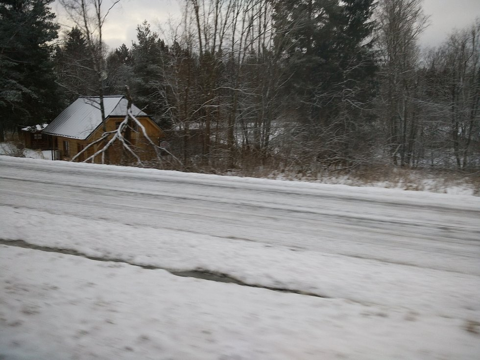 I přes noční sněhovou nadílku vlak z Vimperka do Volar přijel včas.