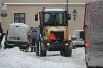 V ulicích centra začala s odklízením sněhu pomáhat těžší technika.