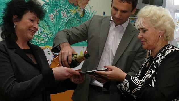 Renata Wölfová, Jiří Zimola a Eva Dvořáková, autorka textů, společně pokřtili novou dětskou knížku.