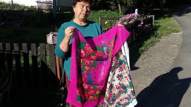 Šátky po mamince, která je sbírala, darovala Marie Poddaná.