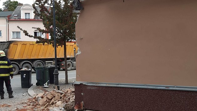 Nákladní auto narazilo do domu ve Vlachově Březí